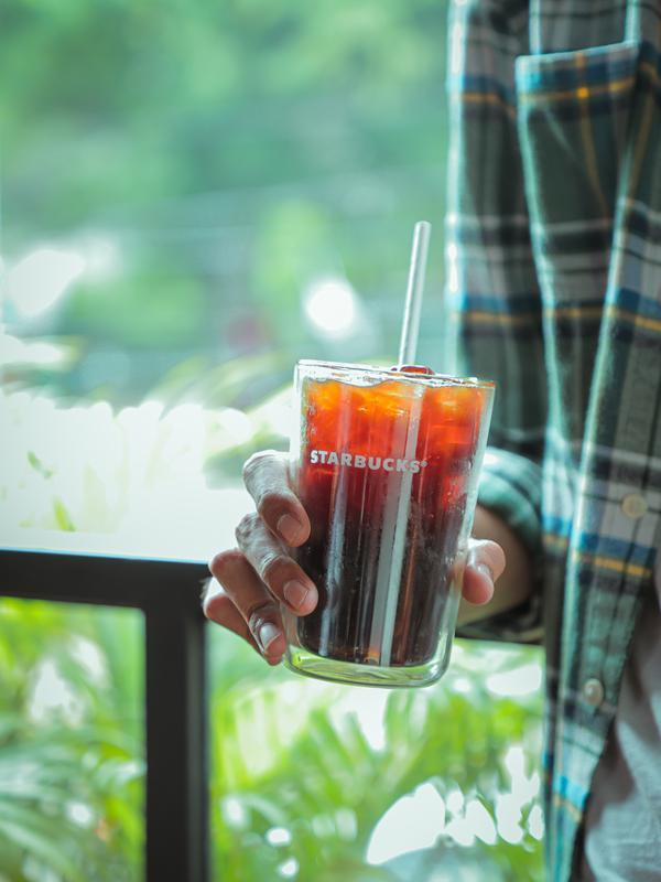 Starbucks Indonesia ganti sedotan plastik jadi sedotan kertas. (dok. Starbucks Indonesia)