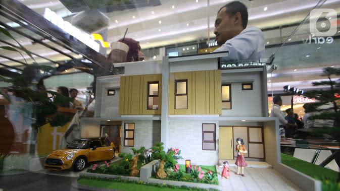 Pengunjung mengamati miniatur rumah pada pameran properti Mandiri Fiesta Expo di Jakarta, Selasa (12/11/2019). Pameran ini menawarkan promo khusus untuk nasabah Mandiri Group dan nasabah Sinar Mas Land yaitu suku bunga KPR mulai dari 4,5 persen fixed satu tahun. (Liputan6.com/Angga Yuniar)