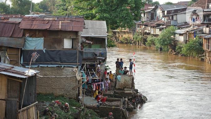 Aktivitas warga di bantaran Sungai Ciliwung, Jakarta, Senin (5/10/2020). Pemprov DKI mencatat kenaikan angka kemiskinan Jakarta sebesar 1,11 persen menjadi 4,53 persen pada bulan September 2020 karena terdampak pandemi COVID-19. (Liputan6.com/Immanuel Antonius)