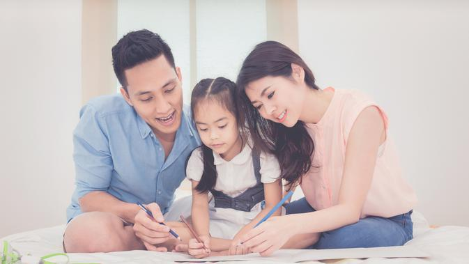Ilustrasi orangtua dan anak/copyright shutterstock By Nuamfolio
