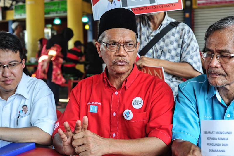Sri Gading MP Datuk Shahruddin Md Salleh (centre), who resigned abruptly as a deputy minister previously, is no longer a member of Parti Pribumi Bersatu Malaysia. — Picture by Shafwan Zaidon