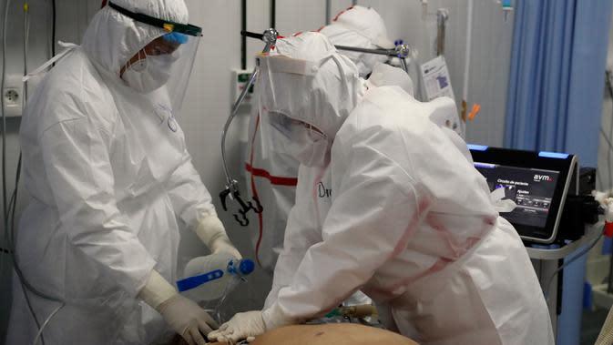 Dokter gagal menyelamatkan pasien COVID-19 dari serangan jantung, beberapa menit sebelum pasien meninggal di ICU Rumah Sakit Nasional di Itagua, Paraguay, Senin (7/9/2020). (AP Photo/Jorge Saenz)