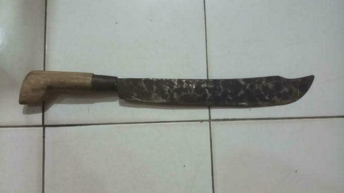 Parang yang digunakan untuk membacok leher korban (liputan6.com/Ahmad adirin)
