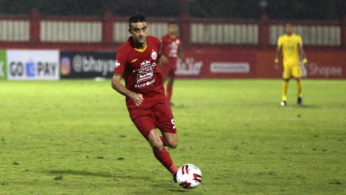 2. Otavio Dutra - Dutra menjadi pemai baru yang bergabung dengan Persija di musim ini. Namun, kualitasnya sebagai bek tidak diragukan lagi. Di laga debutnya bersama Persija, bek berusia 36 tahun ini turut menyumbangkan 1 gol. (Bola.com/Yoppy Renato)
