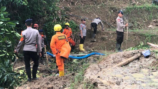 Petugas Tim SAR Tengah Menyiapkan Sejumlah Alat Untuk Mencari Korban Hilang Akibat Tertimbun Longsor di Sukajaya, Bogor, Jawa Barat, Senin (13/1/2020). (Foto: Achmad Sudarno/Liputan6.com)