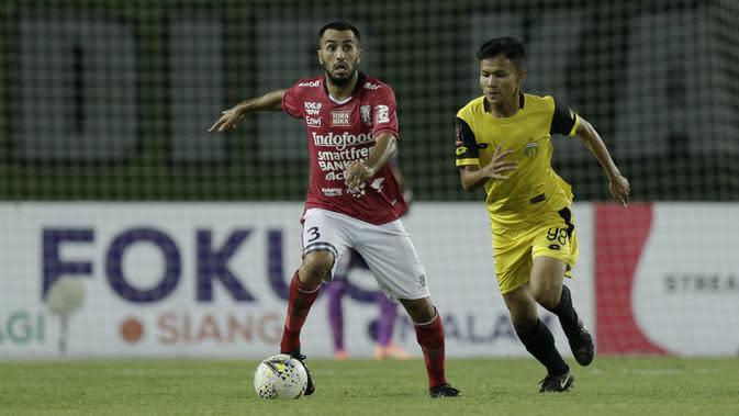 Gelandang Bali United, Brwa Nouri, berusaha melewati gelandang Bhayangkara FC, Reksa Maulana, pada laga Piala Presiden 2019 di Stadion Patriot, Bekasi, Kamis (14/3). Bhayangkara menang 4-1 atas Bali. (Bola.com/Yoppy Renato)