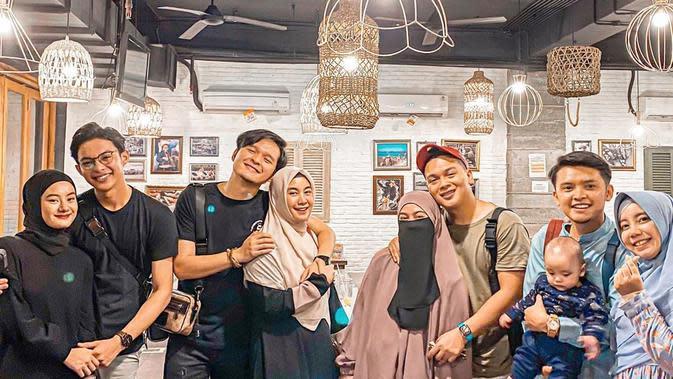 Momen Kebersamaan Anggota Grup Adam Musik Bareng Istri. (Sumber: Instagram.com/auliyafadlilah)