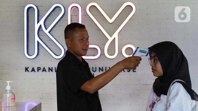 Seorang karyawan KLY tengah diukur suhu tubuhnya sebelum memasuki kantor di Gedung KLY, Cikini, Jakarta. (Helmi Fitriansyah)