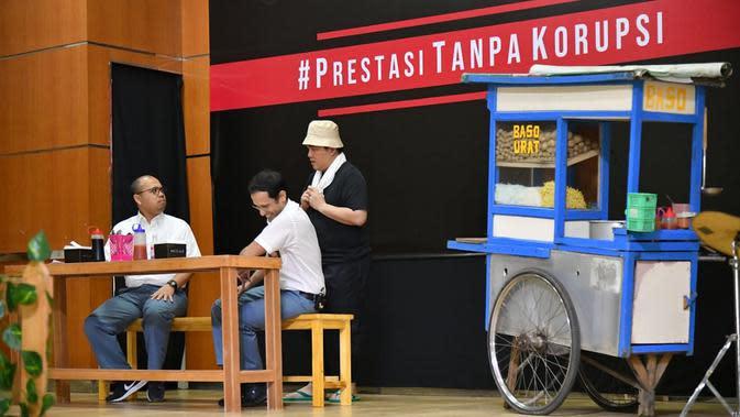 Mendikbud Nadiem Makarim (tengah) bersama BUMN Erick Thohir (kanan), dan Komedian Sogi Indra Dhuaja (kiri) tampil dalam drama bertajuk Prestasi Tanpa Korupsi di SMKN 57, Jakarta Selatan, Senin (9/12/2019). Kegiatan tersebut dalam rangka memperingati Hari Antikorupsi Sedunia. (Foto:Biropress Kepresid