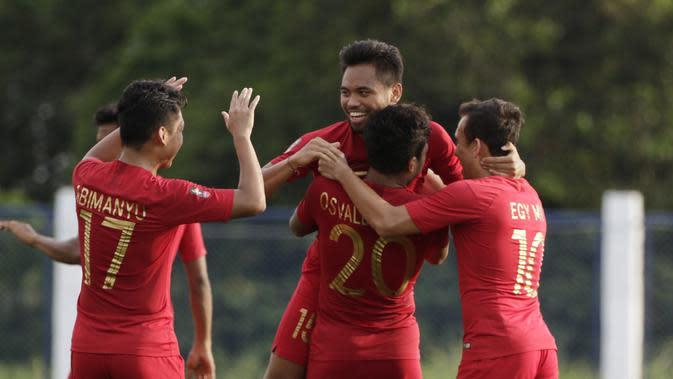 Sejumlah penggawa Timnas Indonesia U-22 merayakan gol ke gawang Laos yang dicetak oleh Osvaldo Haay. (Bola.com/M. Iqbal Ichsan)