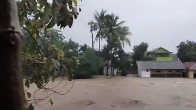 4 Sungai Meluap Rendam Permukiman, Ribuan Orang di Garut Mengungsi