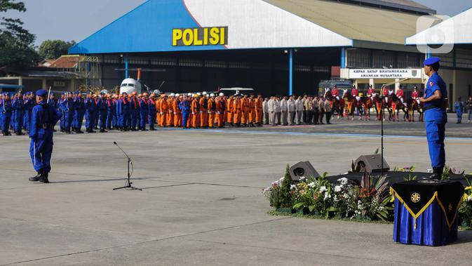 Kapolri Jenderal Idham Azis (kanan) saat memimpin upacara HUT ke-69 Polairud di Mako Polairud, Pondok Cabe, Tangerang, Banten, Rabu (4/12/2019). HUT bertema 'SDM Unggul dengan Almatsus Modern, Korpolairud Baharkam Polri Siap Menjaga Stabilitas Keamanan Dalam Negeri'. (Liputan6.com/Faizal Fanani)