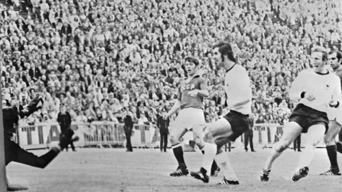 Striker legendaris Jerman Barat, Gerd Muller, melepaskan tendangan yang berujung gol ke gawang Uni Soviet, pada laga final Piala Eropa 1972, di Stadion King Baudouin, 18 Juni 1972. (UEFA)