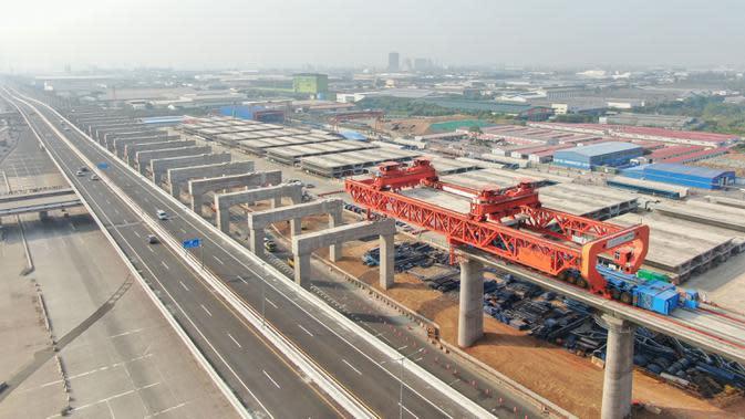 Foto dari udara pada 2 September 2020 ini menunjukkan lokasi pekerjaan pemasangan gelagar kotak (box girder) jalur Kereta Cepat Jakarta-Bandung (KCJB). Pemasangan gelagar sedang berlangsung di ketiga balok yard di sepanjang jalur Kereta Cepat Jakarta-Bandung dalam tiga hari terakhir. (Xinhua/Du Yu)