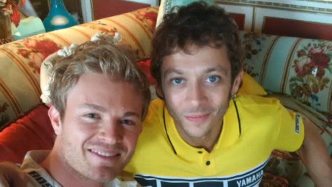 Valentino Rossi (kanan) menilai Lewis Hamilton kecewa dengan keputusan Nico Rosberg (kiri) pensiun dari arena F1. (Twitter)