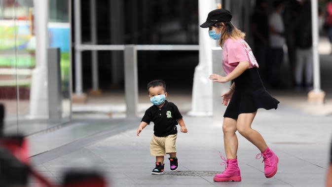 Seorang anak yang mengenakan masker bermain di Times Square di New York, Amerika Serikat (AS), pada 31 Agustus 2020. Jumlah kasus COVID-19 di AS melampaui angka 6 juta pada Senin (31/8), menurut Center for Systems Science and Engineering (CSSE) di Universitas Johns Hopkins. (Xinhua/Wang Ying)