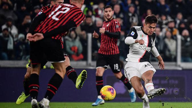 Striker Juventus, Paulo Dybala, melepas tendangan saat melawan AC Milan pada laga Serie A Italia di Stadion Allianz, Turin, Minggu (10/11). Juventus menang 1-0 atas Milan. (AFP/Marco Bertorello)