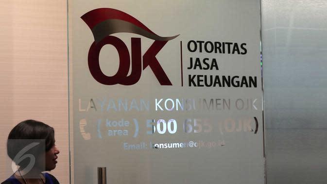 Petugas saat bertugas di Kantor Otoritas Jasa Keuangan (OJK), Jakarta. (Liputan6.com/Angga Yuniar)