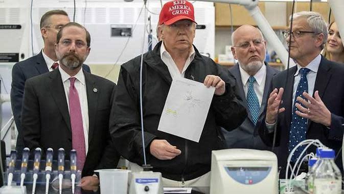 Kunjungan Donald Trump dengan otoritas layanan kesehatan AS terkait uji Virus Corona di Atlanta. (AP Photo/Alex Brandon)