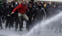 布拉格廣場爆發千人抗議防疫限制 捷克警察以水砲驅離