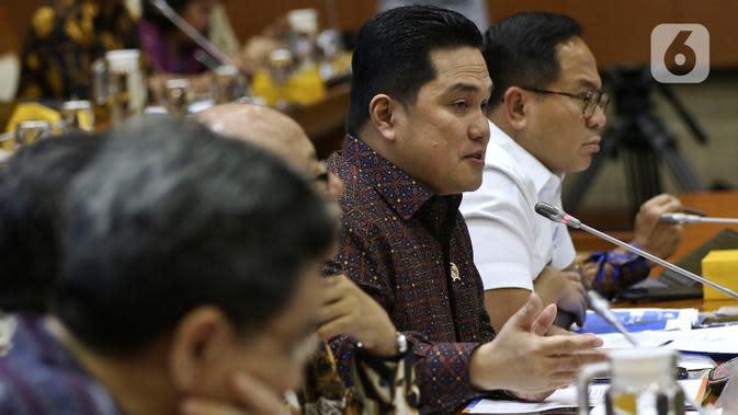Menteri BUMN, Erick Thohir memberikan paparan dalam rapat dengan Panitia Kerja (Panja) DPR RI untuk skandal di PT Asuransi Jiwasraya (Persero), di Kompleks Parlemen, Jakarta, Selasa (29/1/2020). Erick Thohir diundang untuk membahas penyelesaian sengkarut Jiwasraya. (Liputan6.com/Johan Tallo)