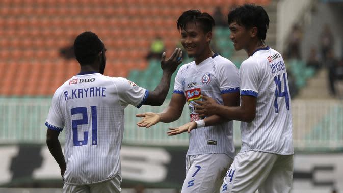 Striker Arema FC, Nur Hardianto, merayakan gol yang dicetaknya ke gawang Tira Persikabo pada laga Shopee Liga 1 di Stadion Pakansari, Bogor, Kamis (24/10). Arema tahan imbang 1-1 Tira Persikabo. (Bola.com/Yoppy Renato)