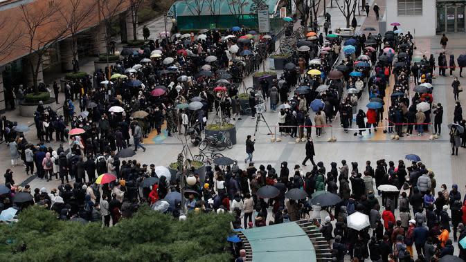 Orang-orang mengantre untuk membeli masker pelindung dari sebuah department store di Seoul, Jumat (28/2/2020). Presiden Moon Jae-in sejak akhir pekan lalu menyatakan Korea Selatan siaga satu corona dan meminta semua warga menghindari acara yang dihadiri banyak orang. (AP/Lee Jin-man)