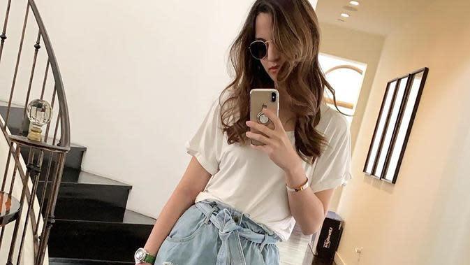 Dengan kaos oblong putih serta bawahan denim, aktris kelahiran 1990 ini tetap modis bahkan penampilannya bak remaja kekinian.(Liputan6.com/IG/@ramadhaniabakrie)