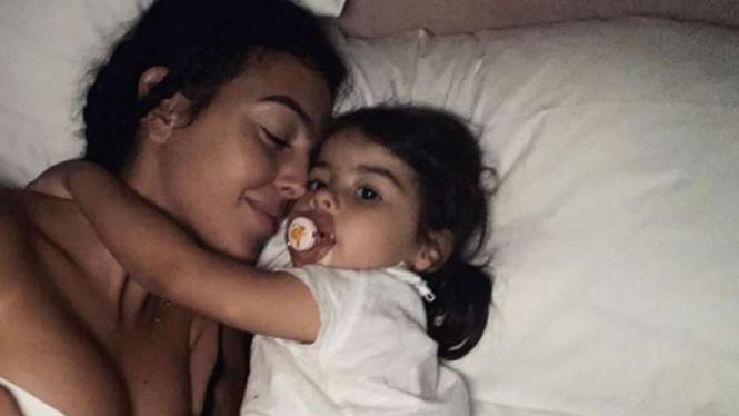 Momen Mesra si Seksi Georgina dengan Anak-anak Ronaldo