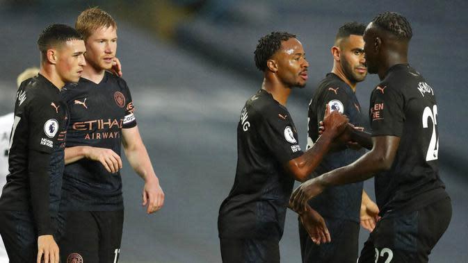 Para pemain Manchester City merayakan gol yang dicetak oleh Raheem Sterling ke gawang Leeds United pada laga Liga Inggris di Stadion Elland Road, Sabtu (3/10/2020). Kedua tim bermain imbang 1-1. (Cath Ivill/Pool via AP)