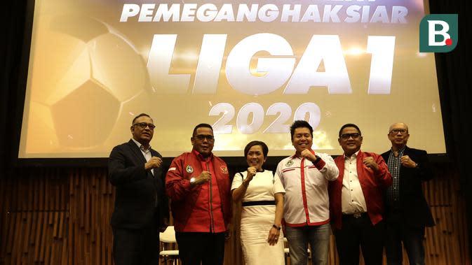 Direksi PT Liga Indonesia Baru bersama Direktur Programming Surya Citra Media, Harsiwi Achmad, saat mengumumkan Emtek Group sebagai pemegang hak siar Liga 1 2020. (Bola.com/Yoppy Renato)