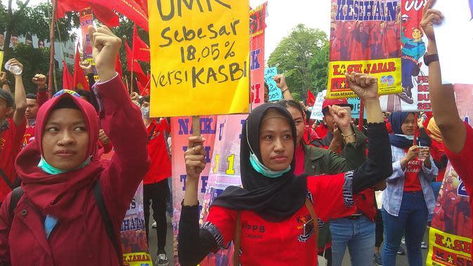 Buruh dari Konfederasi Aksi Serikat Buruh Indonesia (KASBI) berunjuk rasa mendesak Gubernur Ridwan Kamil agar segera menetapkan besaran upah minimum kota (UMK) tahun 2020, Bandung, Rabu, 20 November 2019. (Lipuan6.com/Arie Nugraha)