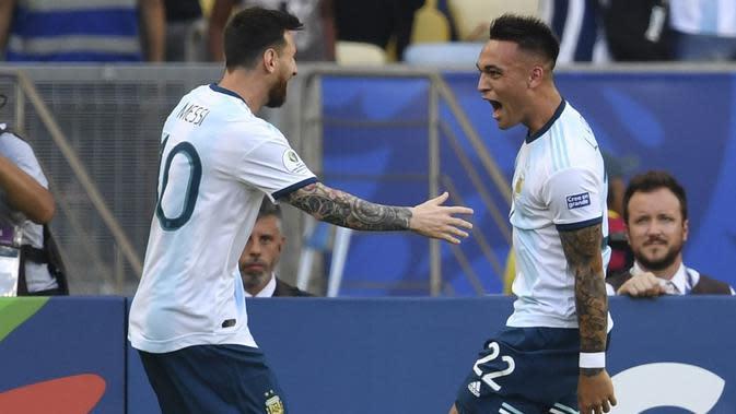 Lionel Messi dan Lautaro Martinez ketika membela timnas Argentina. (AFP/Pedro Ugarte)