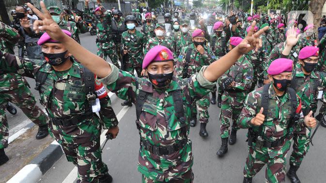 Marinir AL saat menghalau massa usai terjadi pelemparan batu di Jalan MH, Thamrin, Jakarta, Selasa (13/10/2020). Massa pengunjuk rasa yang menolak Omnibus Law UU Cipta Kerja akhirnya dibubarkan aparat. (merdeka.com/Arie Basuki)