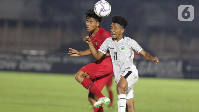 Pemain Timnas Indonesia U-19, David Maulana (kiri) berebut bola dengan pemain Timor Leste pada laga kualifikasi Grup K Piala AFC U-19 2020 di Stadion Madya Gelora Bung Karno, Jakarta, Rabu (6/11/2019). Indonesia unggul 3-1. (Liputan6.com/Helmi Fithriansyah)
