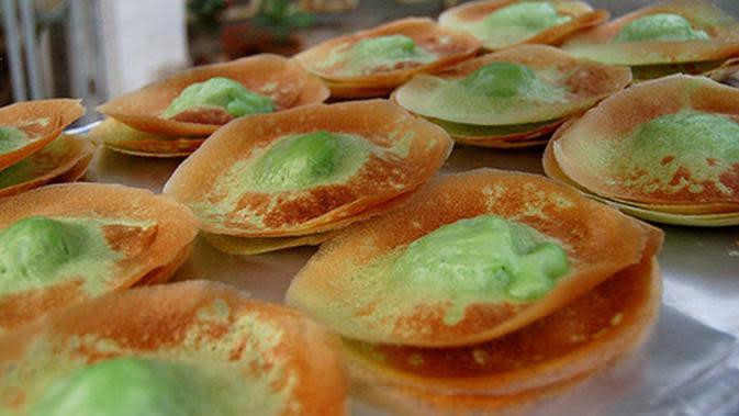 Kue ape atau biasa disebut kue tetek merupakan salah satu jajanan pasar khas dari Betawi yang banyak dijumpai di kota lain. Kue yang berbahan dasar tepung terigu dan tepung beras ini selain rasanya enak harganyapun cukup terjangkau. (Istimewa)