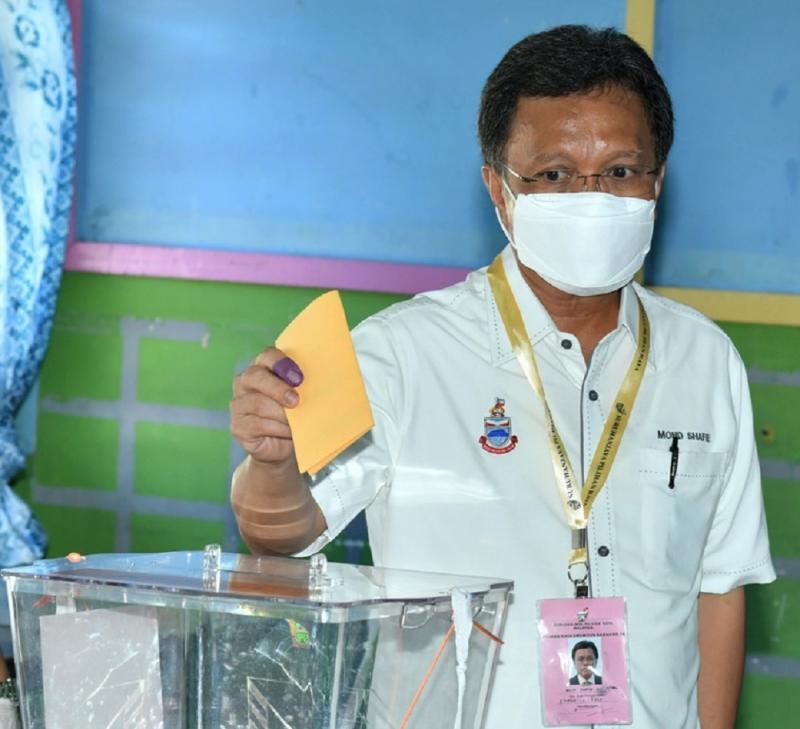 Warisan president Datuk Seri Mohd Shafie Apdal casts his vote in Semporna September 26, 2020. — Bernama pic