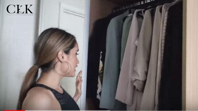Cinta Laura memperlihatkan sejumlah blazernya yang biasa ia gunakan (Dok.YouTube/Cinta Laura Kiehl)