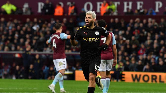 Penyerang Manchester City, Sergio Aguero melakukan selebrasi usai mencetak gol ke gawang Aston Villa, pada laga di Villar Park, Birmingham, Minggu (12/1/2020). (AFP / Paul Ellis)