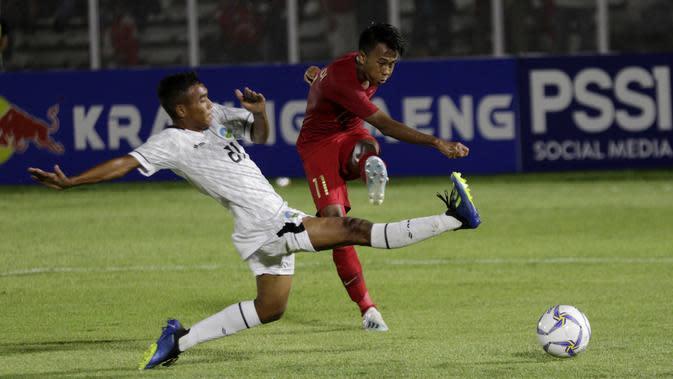 Striker Timnas Indonesia U-19, Supriadi, melepaskan tendangan saat melawan Timor Leste pada laga Kualifikasi Piala AFC U-19 2020 di Stadion Madya, Jakarta, Rabu, (6/11/2019). Indonesia menang 3-1 atas Timor Leste. (Bola.com/M Iqbal Ichsan)