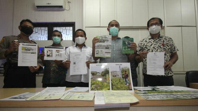 Anggota unit Harda Satreskrim Polrestabes Surabaya membongkar kasus dugaan pengembang perumahan fiktif. (Foto: Liputan6.com/Dian Kurniawan)