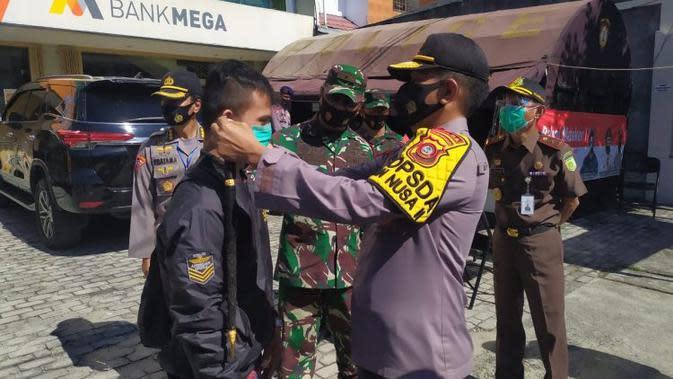 Kapolda Gorontalo Irjen Pol Akhmad Wiyagus bersama Danrem 133/Nani Wartabone (NW) Brigjen TNI Bagus Antonov Hardito terjun langsung membagikan masker dalam operasi yustisi. (tribratanews.gorontalo.polri.go.id0