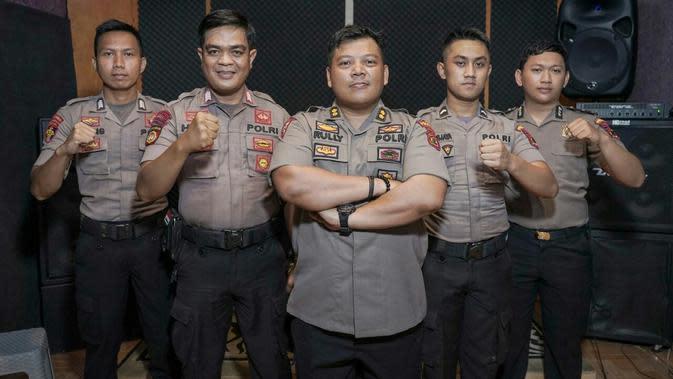 Personil grup band C19 dari anggota polisi Jambi. Mereka menyanyikan lagu dan merilis video klip yang berjudul semangat lawan corona covid-19. (Liputan6.com / Istimewa)