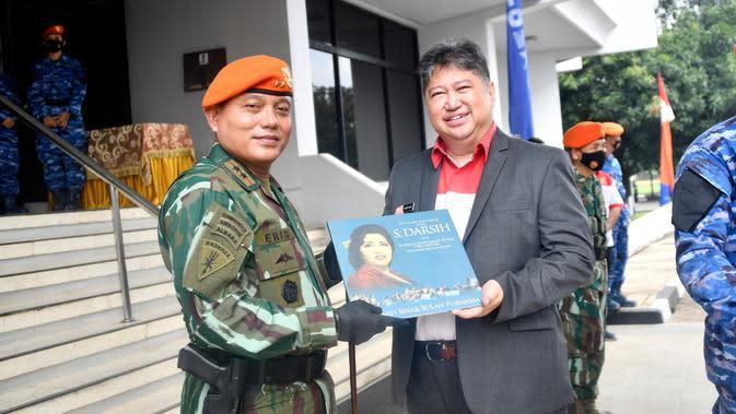 Harry Kiss saat menerima penghargaan dari TNI Angkatan Udara (ist)