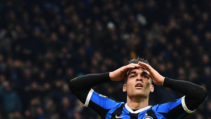 Striker Inter Milan, Lautaro Martinez, tampak kecewa gagal membobol gawang Barcelona pada laga Liga Champions di Stadion San Siro, Milan, Selasa (10/12). Inter kalah 1-2 dari Barcelona. (AFP/Miguel Medina)