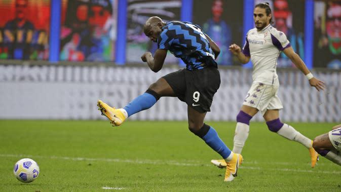 Pemain Inter Milan Romelu Lukaku mencetak gol ke gawang Fiorentina pada pertandingan Serie A di Stadion San Siro, Milan, Italia, Sabtu (26/9/2020). Inter Milan mengalahkan Fiorentina dengan skor 4-3. (AP Photo/Luca Bruno)