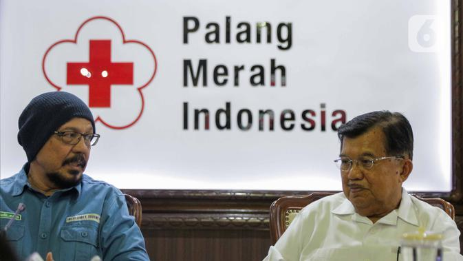Ketua Umum Palang Merah Indonesia (PMI) Jusuf Kalla bersama Ketua BenihBaik.com, Andy F Noya memberikan keterangan usai tanda tangan simbolis sejuta masker untuk tangkal Virus Corona COVID-19 di Kantor PMI Pusat, Jakarta, Selasa (25/2/2020). (Liputan6.com/Faizal Fanani)