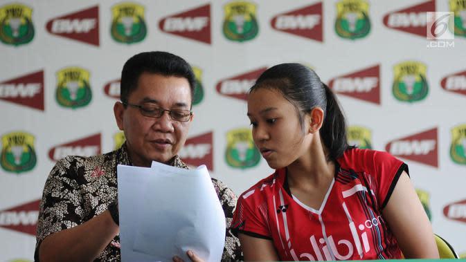 Sekjen PP PBSI, Achmad Budiharto (kiri) berbincang dengan pebulutangkis Aurum Oktavia Winata saat rilis gelaran Kejurnas PBSI 2017 Gubernur Babel di Jakarta, Jumat (24/11). Kejurnas digelar pada 28 November-2 Desember. (Liputan6.com/Helmi Fithriansyah)