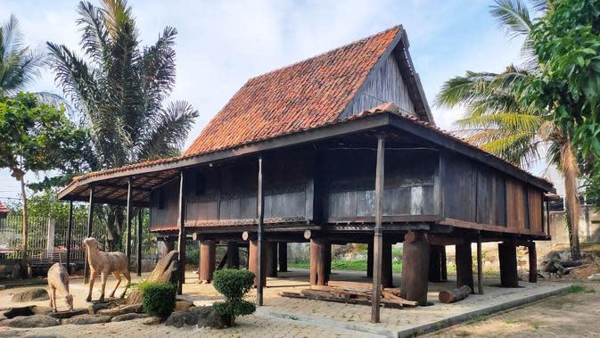 Tidak hanya Rumah Limas, Rumah Ulu asal Kabupaten OKI Sumsel juga menjadi koleksi di Museum Negeri Sumsel (Liputan6.com / Nefri Inge)