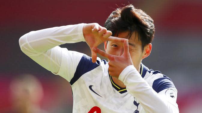 Penyerang Tottenham Hotspur, Son Heung-min, melakukan selebrasi usai mencetak gol ke gawang Southampton pada laga Liga Inggris di Stadion St. Mary's, Minggu, (20/9/2020). Tottenham menang dengan skor 5-2. (Cath Ivill/Pool via AP)